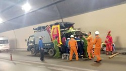 Lực lượng cứu nạn hỗ trợ di chuyển quan tài sang xe khác để đưa về quê