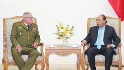 Thủ tướng Nguyễn Xuân Phúc và Thượng tướng Álvaro López Miera. Ảnh: VGP/Quang Hiếu