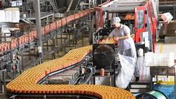 Dây chuyền sản xuất nước ngọt đóng chai tại Bắc Kinh, Trung Quốc ngày 21-6-2019. Ảnh: THX/TTXVN