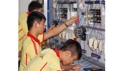 Sinh viên ngành điện - điện tử trong giờ học thực hành