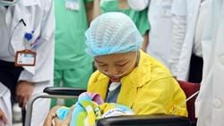 Nghẹn ngào giây phút người mẹ ung thư di căn ôm con trai bé bỏng!