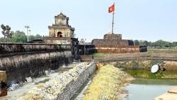 Tu bổ bờ kè di tích hộ thành hào bao bọc quanh Kinh thành Huế bằng vật liệu mới được xem là đã vi phạm luật Di sản văn hóa.