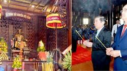 Bí thư Thành ủy TPHCM Nguyễn Thiện Nhân và Chủ tịch UBND TPHCM Nguyễn Thành Phong dâng hương Đức Lễ thành hầu Nguyễn Hữu Cảnh. Ảnh: VIỆT DŨNG