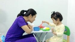 Lan Oanh đang hướng dẫn trị liệu cho trẻ