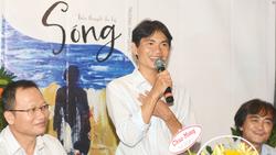 Nhà văn Trương Anh Quốc (đứng) trong buổi ra mắt tiểu thuyết Sóng. Ảnh: HỌC SINH