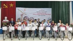 """Công ty Prudential tặng xe đạp cho các em có hoàn cảnh khó khăn và học giỏi nhân dịp tổ chức Hội thảo khách hàng """"Đồng hành cho cuộc sống tốt đẹp"""" tại Thái Nguyên"""