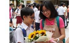 Chị chúc mừng em trai sau kỳ khảo sát vào lớp 6 trường THPT Trần Đại Nghĩa 2019. Ảnh: HOÀNG HÙNG