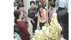 Tìm hiểu sản phẩm tại Hội nghị kết nối cung - cầu hàng hóa giữa TPHCM và các tỉnh, thành       Ảnh: CAO THĂNG