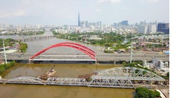 Cầu xe lửa Bình Lợi mới đang được xây giữa cầu xe lửa cũ và cầu đường bộ mới     Ảnh: HOÀNG HÙNG