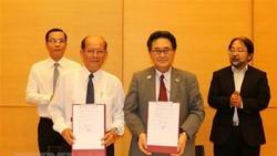 Ông Kawaue Junichi, Tổng Lãnh sự Nhật Bản tại Thành phố Hồ Chí Minh cùng ông Danh Út, Chủ tịch Liên hiệp các tổ chức hữu nghị tỉnh Kiên Giang ký kết hợp đồng viện trợ dự án hỗ trợ trang bị thiết bị y tế cho Phòng khám đa khoa khu vực Lại Sơn, huyện Kiên H
