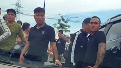 Nhóm giang hồ chặn vây xe công an ở tỉnh Đồng Nai. Ảnh: N.Y