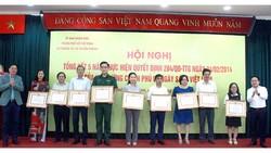 Ông Chu Văn Hòa và ông Từ Lương trao tặng bằng khen của Chủ tịch UBND TPHCM cho các tập thể có thành tích xuất sắc trong việc tổ chức và thực hiện Ngày Sách Việt Nam