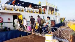 Du khách lên tàu cao tốc hiện đại ra đảo Phú Quý du lịch
