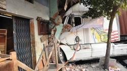 Đang ngủ trong nhà, 2 vợ chồng bị xe ben tông tử vong