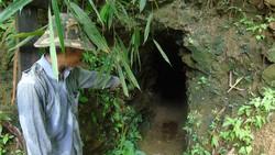 """Căn hầm giữa rừng phòng hộ sau khi nhóm """"vàng tặc"""" rút đi"""
