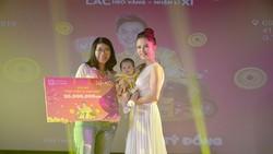 Bùi Thúy Quỳnh - chủ nhân của giải thưởng 50 triệu đồng, và con gái 5 tháng tuổi