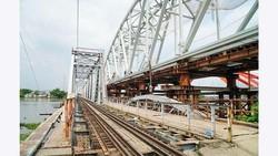 Cầu đường sắt Bình Lợi mới với độ tĩnh không cao, đang được xây dựng kế bên cầu cũ. Ảnh: HOÀNG HÙNG