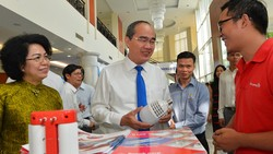 Bí thư Thành ủy TPHCM Nguyễn Thiện Nhân tìm hiểu sản phẩm thương hiệu Việt. Ảnh: VIỆT DŨNG