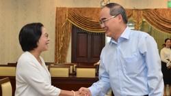 Bí thư Thành ủy TPHCM Nguyễn Thiện Nhân trao đổi cùng các đồng chí cán bộ cao cấp nghỉ hưu. Ảnh: VIỆT DŨNG