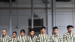 Nhóm đối tượng bị bắt tại cơ quan công an. Ảnh: CHÍ THẠCH