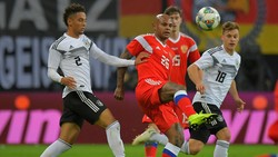Ari trong màu áo tuyển Nga khi đối đầu với tuyển Đức hồi cuối năm ngoái