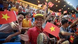 Kiều bào Việt Nam sinh sống tại Campuchia cổ vũ U22 Việt Nam. Ảnh: Dũng Phương