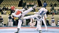 """Trương Thị Kim Tuyền (giáp đỏ) """"mở hàng"""" huy chương vàng đối kháng cho Taekwondo Việt Nam. Dũng Phương"""