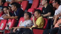 Bầu Hiển và tân Chủ tịch CLB Nguyễn Trọng Chiến trên khán đài sân Hàng Đẫy ở vòng 15. Ảnh: MINH HOÀNG