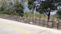 Lắp 13 đoạn tường lốp cao su trên đèo Lò Xo để tăng cường an toàn giao thông