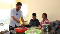 Giáo viên vùng cao nấu cơm trưa miễn phí cho học sinh