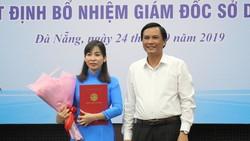 Ông Trần Văn Miên, Phó chủ tịch UBND TP Đà Nẵng trao quyết định và tặng hoa chúc mừng cho bà Trương Thị Hồng Hạnh