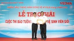 Ông Ko Chung Chih - Phó Tổng Giám đốc trao bằng khen và phần thưởng cho giải nhất báo tường cá nhân (ông Phạm Đức Tuấn - Xưởng nhiệt điện)