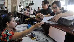 Doanh nghiệp nêu thắc mắc với nhân viên Cục Thuế TPHCM.  Ảnh: CAO THĂNG