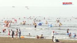 Nắng nóng hơn 40 độ, người dân Hà Tĩnh đổ xô xuống biển giải nhiệt
