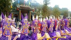"""""""Choáng"""" với đàn ngựa giấy khổng lồ ở đền Bảo Hà"""