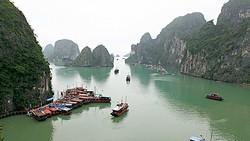 """Đình chỉ tàu hoạt động trên vịnh Hạ Long vì bị """"tố"""" quay trộm du khách"""