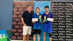 Nguyễn Tiến MInh (giữa) nhận thưởng cho chức vô địch.