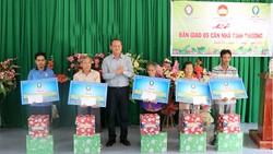 Ông Lưu Hoàng Tân - Chủ tịch, Giám đốc Công ty TNHHMTV Xổ số kiến thiết Đồng Tháp,trao quà cho các hộ nghèo