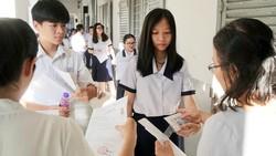 Thí sinh bước vào môn thi Ngữ văn tại điểm Trường Marie Curie. Ảnh: HOÀNG HÙNG
