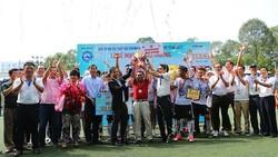 BTC giải trao Cúp vô địch cho đội VIVU
