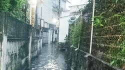 Lấp đường thoát nước làm hẻm ngập nặng