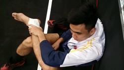 Thanh Thuận bị lật cổ chân. Ảnh: MINH CẦN
