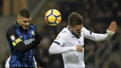 Mauro Icardi (trái, Inter) đánh đầu trước khung thành Atalanta. Ảnh: Getty Images.