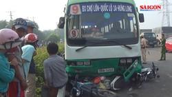 Xe buýt đổ dốc cầu Bình Điền mất thắng, cuốn nhiều xe máy vào gầm