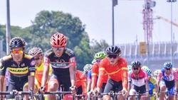 Nguyễn Minh Luận (áo đỏ) trên đường đua