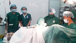 Các bác sĩ BV Hùng Vương tiến hành can thiệp cứu sống sản phụ Nguyễn Thọ L.