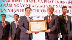 Ủy viên Bộ Chính trị, Bí thư Thành ủy TPHCM Nguyễn Thiện Nhân trao tặng Huân chương Độc lập Hạng Nhì cho tập thể Trường Đại học Y Dược