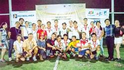 Tác giả Lê Hữu Huy (ngồi hàng đầu, thứ hai trái sang) trong vai trò Ban Tổ chức vòng chung kết Cúp bóng đá Hùng vương tại Singapore trung tuần tháng 4-2017.