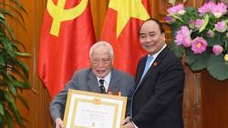 Trao Huy hiệu Đảng cho các đồng chí nguyên lãnh đạo
