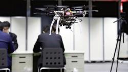 Một drone bay trong một văn phòng ở Akihabara, Tokyo, Nhật Bản. Ảnh THE YOMIURI SHIMBUN